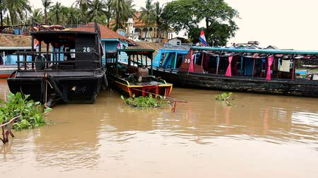 cambojano : Sailing on a river and leaving harbor. MF Vídeos