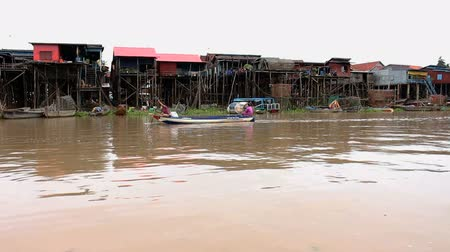 cambojano : Stilt houses and fishing boats on a cambodian river. MF