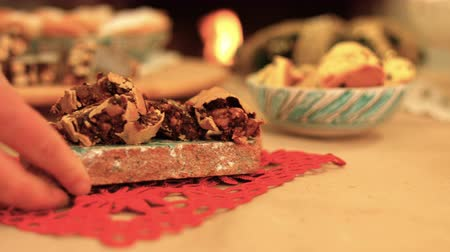 изюм : Italian hazelnuts pastries served on a warmth Christmas table. k43 SF