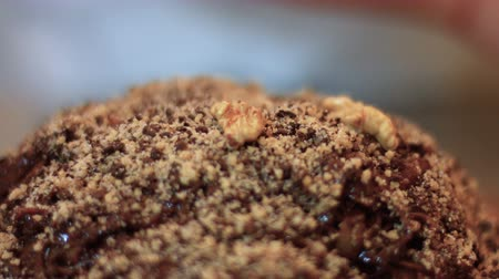 изюм : An italian pastry chef is adding walnuts to a traditional cake made with chocolate, hazelnuts, honey k22 FDV