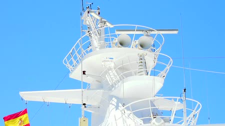 navigasyon : Radar and communications mast of a large ship. Stok Video