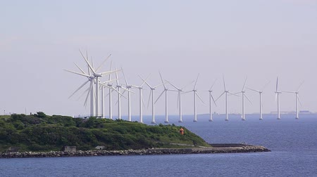türbin : Windmills in the ocean, handheld moving right to left.