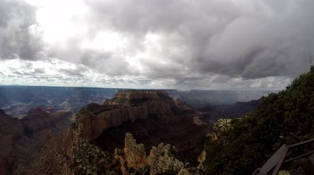 velg : Timelapse van wolken vanaf de noordrand van de Grand Canyon. Camera stationair. Stockvideo