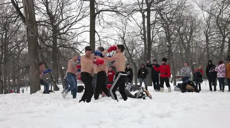 juventude : Fighters of fisticuffs at the festival of Maslenitsa in Russia