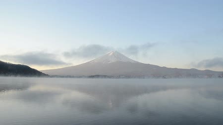 montar : Timelapse mount fuji reflect on water in the morning at kawaguchiko lake japan