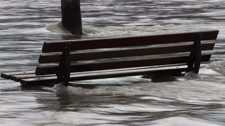 кризис : Flooded bench