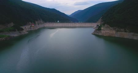 waterkracht : Luchtfoto van water dam in de berg van China Stockvideo