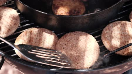 patelnia : Frying squid cutlets on grill