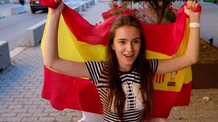 決勝 : Spanish female football fan celebrates the goal