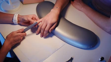salon : Beautician file customers nails