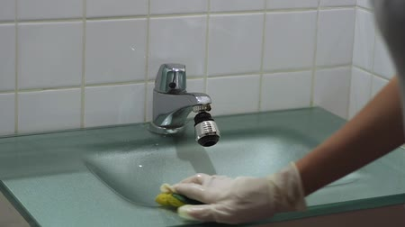 dezenfekte etmek : Close-up of housewife hands with gloves cleaning the sink