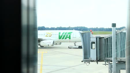 брезент : Germany - Hamburg Airport - October 2015 - Servicecar push the airplane back