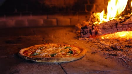 forno : pizza in the oven