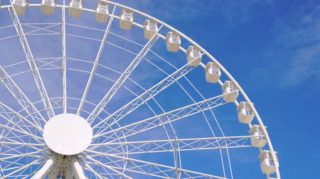 gözlem : Close-up of the ferris wheel spinning in 4k