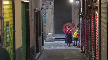 yaya : People walking down the narrow streets of the old city of Genoa, Italy in 4k Stok Video