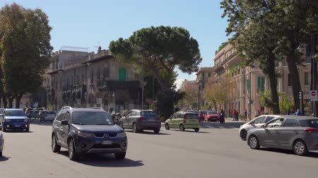 esplêndido : MESSINA, ITALY - NOVEMBER 06, 2018 - Streets of the old city with traffic, scooters and cars in Sicily in 4k Stock Footage