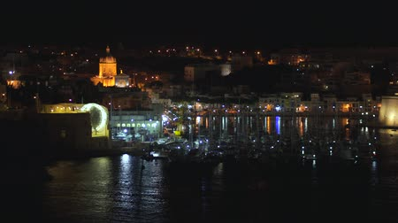 залив : Panoramic night view of a coast line and the downtown of Valletta, Malta with different landmarks of the city in 4k