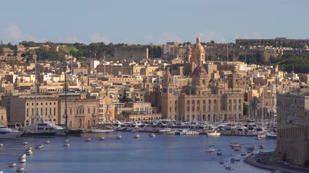 rytíř : VALLETTA, MALTA - NOVEMBER 12, 2018 - The coastline of Isla Birgu island with harbour, cruise ship, boats and panorama of the city in 4k