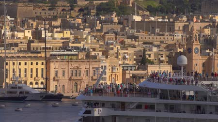 takımadalar : VALLETTA, MALTA - NOVEMBER 12, 2018 - The coastline of Isla Birgu island with harbour, cruise ship, boats and panorama of the city in 4k