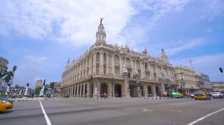 "cubano : HAVANA, CUBA - MAY 13, 2018 - Great Theatre of Havana or Gran Teatro de La Habana ""Alicia Alonso"" panoramic street view with vintage cars and people in 4k Vídeos"