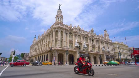 "キューバ : HAVANA, CUBA - MAY 13, 2018 - Great Theatre of Havana or Gran Teatro de La Habana ""Alicia Alonso"" panoramic street view with vintage cars and people in 4k 動画素材"