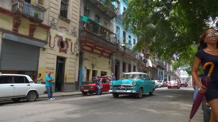 コロニアル : HAVANA, CUBA - MAY 13, 2018 - People and old taxi cars on the streets in 4k