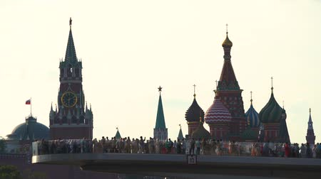 amfiteátr : St. Basil Cathedral on Red Square and Spassky tower of the Kremlin from Zaryadie park.