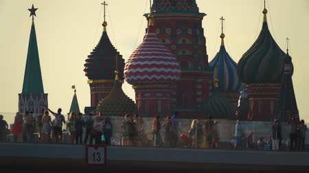 MOSCOW, RUSSIA - 27 JUN, 2019 - St. Basil Cathedral on Red Square and Spassky tower of the Kremlin from Zaryadie park. Dostupné videozáznamy