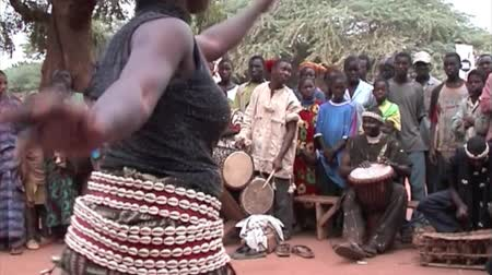 afrika : SEVARE, MALI, AFRICA - JANUARY 14, 2003: Ethnic group dance in Mali Heart of Africa