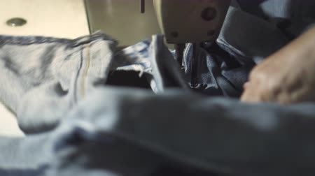 eski moda : Old lady use sewing machine to repair some old jeans. Stok Video