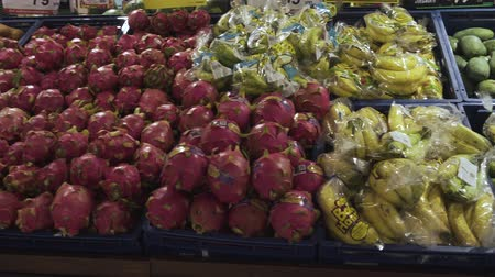 őszibarack : Lots of fruit in basket for sale at supermarket Stock mozgókép