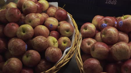 scaffale supermercato : Stack of apples in basket for sale at supermarket Filmati Stock