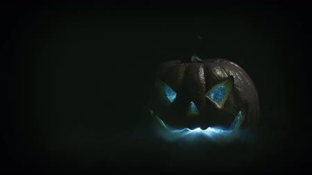 anão : Old film look of halloween with only jack olantern Stock Footage