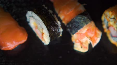 refletir : Many kinds of sushi arrange in a row. Top shot. Homemade. Salmon. Shrimp. etc.