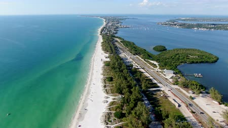 メアリー : Aerial view of Anna Maria Island town and beaches, barrier island on Florida Gulf Coast. Manatee County. USA