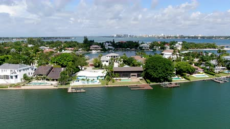 volgende : Aerial view of Luxury villas next to the ocean in Bay Island neighborhood, Sarasota, Florida, USA