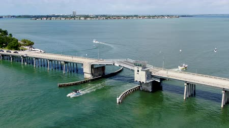 szieszta : Aerial view of open street bridge crossing ocean with small boat and linking Island Bay and Sarasota, Florida, USA