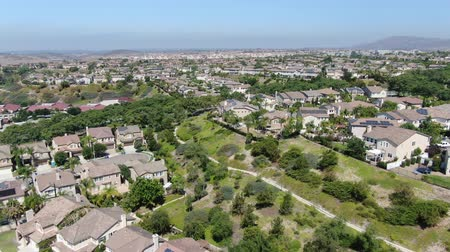 пригородный : Aerial view suburban neighborhood with big villas next to each other in Black Mountain, San Diego, California, USA. Residential modern subdivision luxury house.
