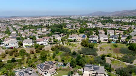volgende : Aerial view suburban neighborhood with big villas next to each other in Black Mountain, San Diego, California, USA. Residential modern subdivision luxury house.