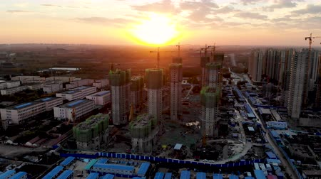 hässlich : Aerial view of massive building sites in construction with tower crane. Building blocks apartment in construction in developing part of the city of Tianjin in China. Estate construction site.