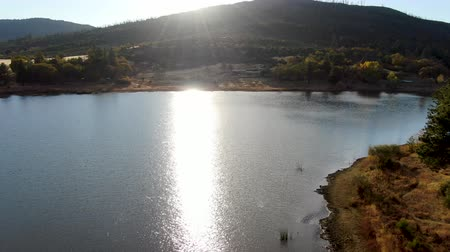 camping : Luchtfoto van Lake Cuyamaca, 110 acres reservoir en een recreatiegebied in de oostelijke Cuyamaca Mountains, gelegen in oostelijk San Diego County, Californië, VS