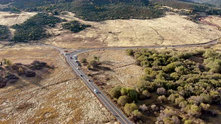 volgende : Aerial view of small road with car next the Lake Cuyamaca, 110 acres reservoir and a recreation area in the eastern Cuyamaca Mountains, located in eastern San Diego County, California, USA