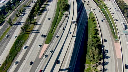 kolumna : Aerial view of highway transportation with small traffic, highway interchange and junction, San Diego Freeway and Santa Ana Freeway. USU California