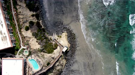 Aerial view of Del Mar North Beach, California coastal cliffs and House with blue Pacific ocean. San Diego County, California, USA Dostupné videozáznamy