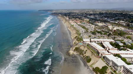 Aerial view of Del Mar North Beach, California coastal cliffs and House with blue Pacific ocean. San Diego County, California, USA Стоковые видеозаписи