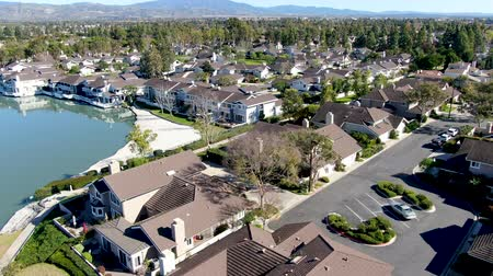 felosztás : Aerial view of North Lake surrounded by residential neighborhood during blue sky day in Irvine, Orange County, USA