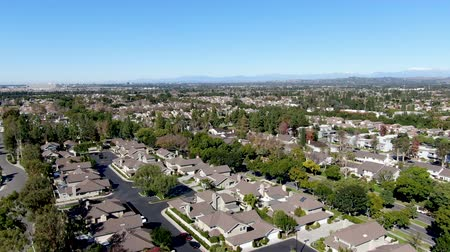 пригородный : Aerial view of residential suburban packed homes neighborhood during blue sky day in Irvine, Orange County, USA Стоковые видеозаписи