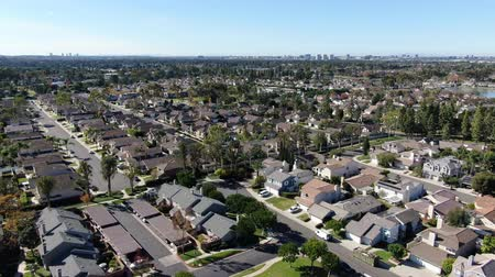 felosztás : Aerial view of residential suburban packed homes neighborhood during blue sky day in Irvine, Orange County, USA Stock mozgókép