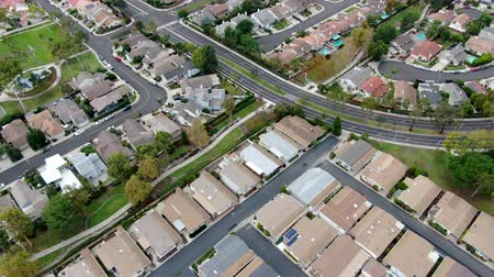 упакованный : Aerial view of urban sprawl. Suburban packed homes neighborhood with road. Vast subdivision in Irvine, California, USA