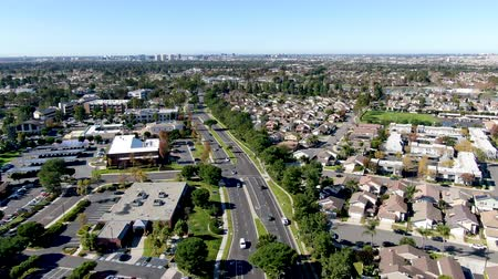 下位区分 : Aerial view of residential suburban packed homes neighborhood during blue sky day in Irvine, Orange County, USA 動画素材